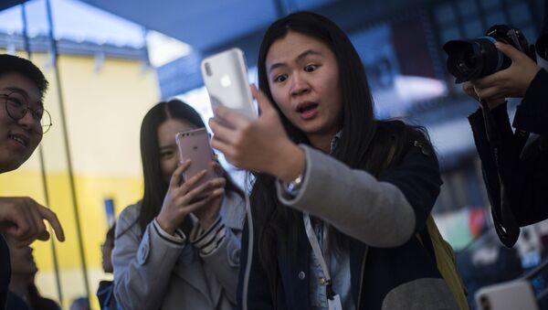 Zákazníci v Pekingu si prohlížejí iPhone - Sputnik Česká republika