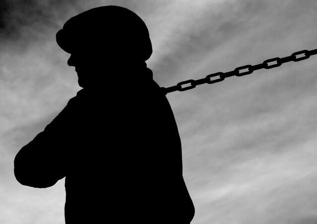Pracovník se řetězem. Ilustrační foto