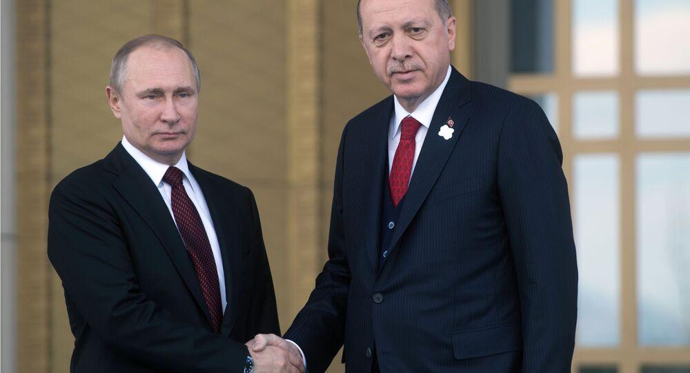 Vladimir Putin s tureckým kolegou Erdoganem během návštěvy Turecka 3. dubna.