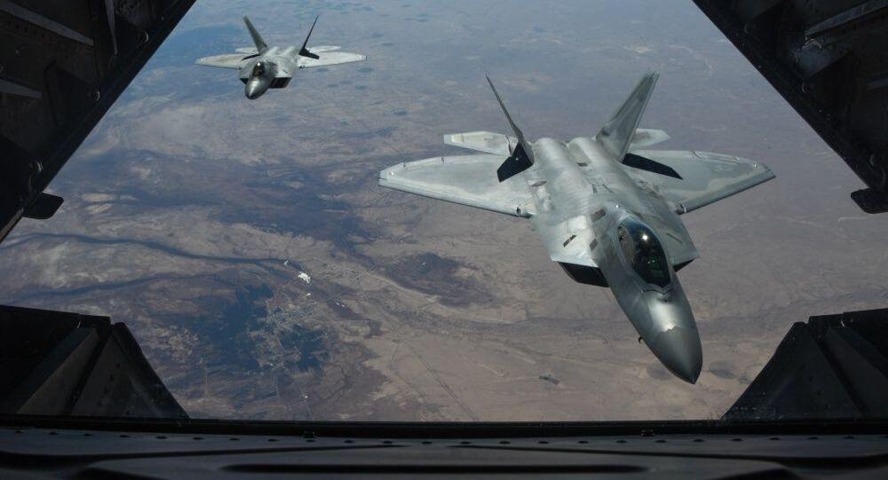 Americké stíhací letouny  F-22 Raptor nad územím Sýrie