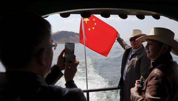 Turisté se fotí s čínskou vlajkou - Sputnik Česká republika