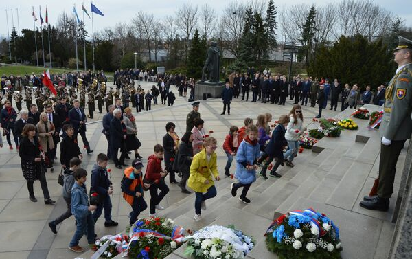 Děti pokládají květiny - Sputnik Česká republika