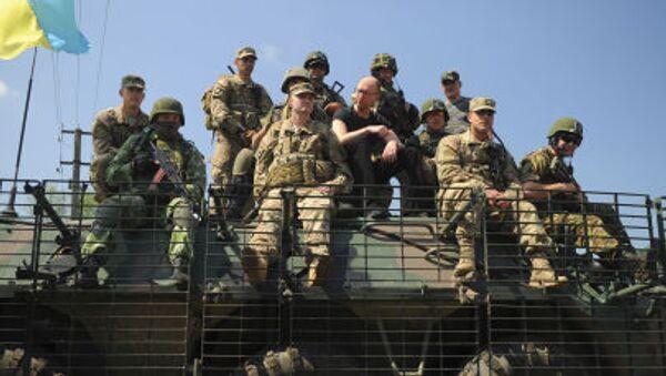 Ukrajinský premiér Arsenij Jaceňuk a ukrajinští a američtí vojáci - Sputnik Česká republika