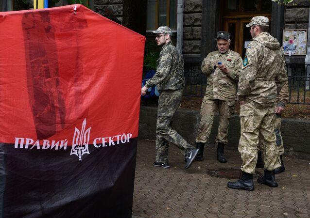 Aktivisté Pravého sektoru u budovy administrativy ukrajinského prezidenta v Kyjevě