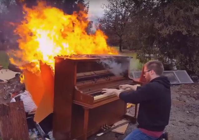Muž podpálil piano a hrál na něm, dokud neshořelo (existenciální VIDEO)