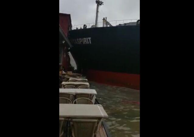 Očitý svědek natočil náraz lodi do budovy na Bosporu