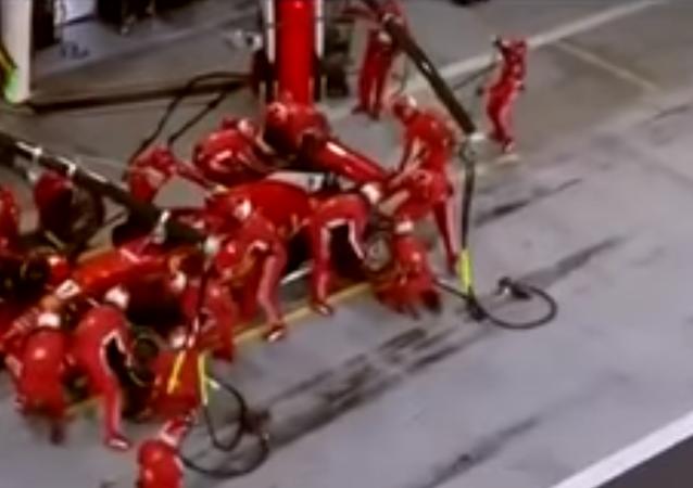 Pilot Formule 1 zlomil nohu mechanikovi