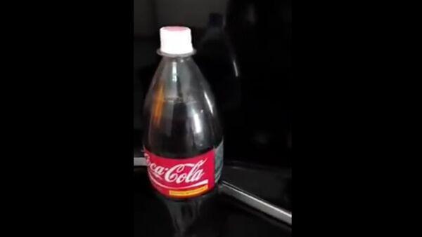 Muž koupil lahev Coca-Coly, vylil jí a uviděl něco hnusného - Sputnik Česká republika
