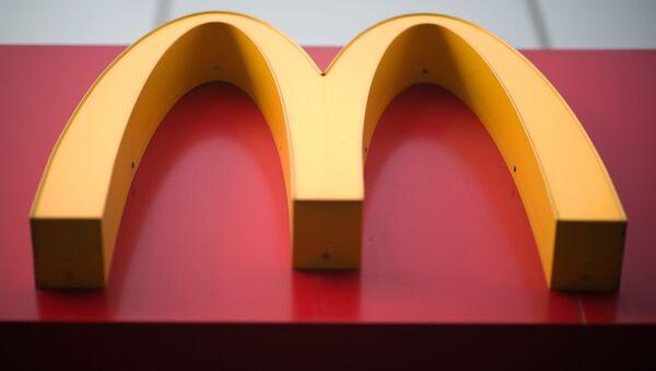 Вывеска ресторана быстрого питания McDonald's - Sputnik Česká republika