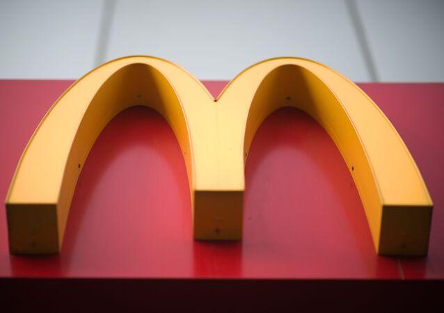 Вывеска ресторана быстрого питания McDonald's