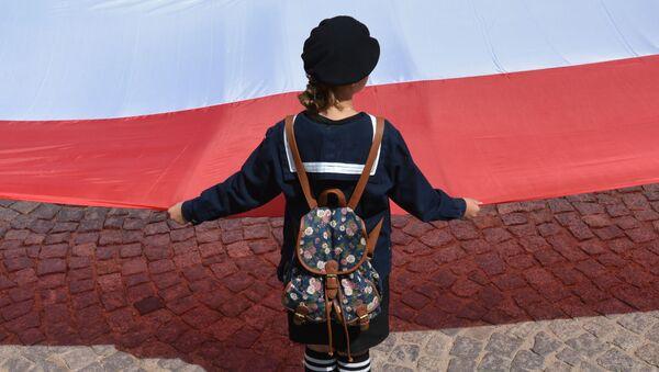 Dívka s polskou vlajkou - Sputnik Česká republika