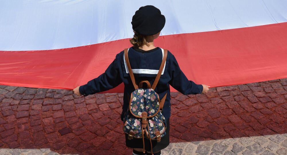 Dívka s polskou vlajkou