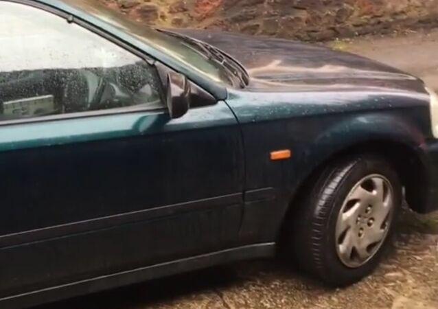 Brit si místo drahé vlakové jízdenky koupil auto a ušetřil (VIDEO)