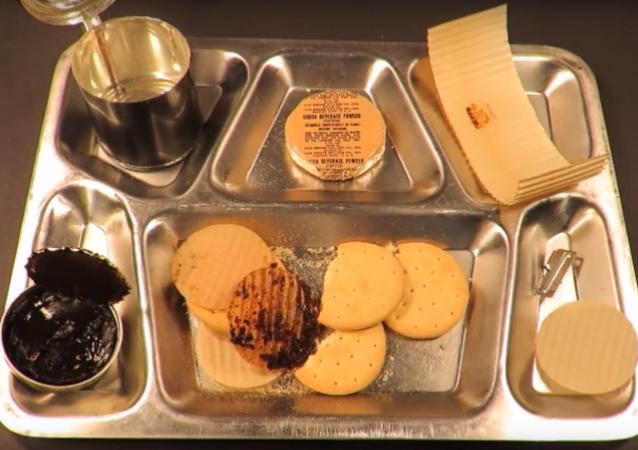 Jak vám chutná stoleté maso? Blogger ochutnává jídlo ze starých konzerv a zatím ještě žije