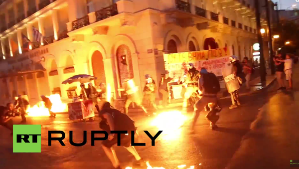 Řecko: demonstranti zaútočili na policii Molotovovými koktejly po hlasování v parlamentu - Sputnik Česká republika