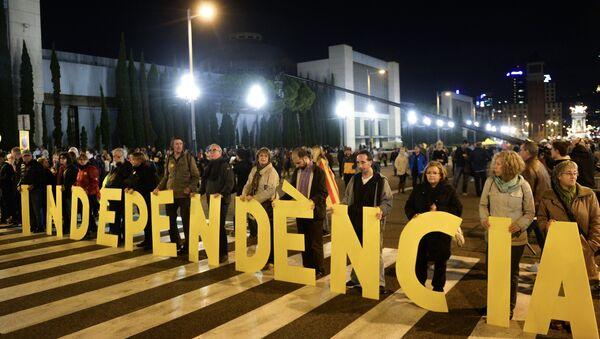 Katalánci ukazují slovo Nezávislost - Sputnik Česká republika