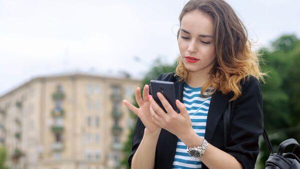 Dívka v telefonem - Sputnik Česká republika