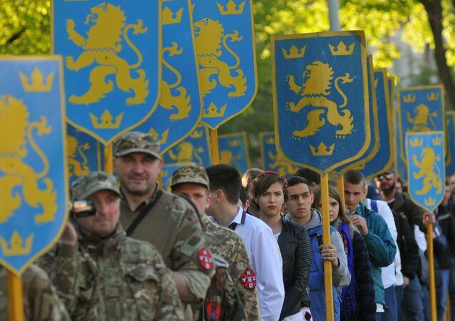 Účastníci pochodu na počest výročí založení divize SS Haličina ve Lvově