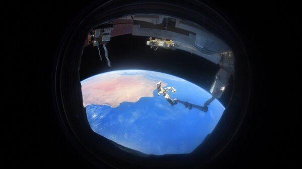 Снимок Земли через иллюминатор, сделанный на МКС космонавтом Антоном Шкаплеровым - Sputnik Česká republika