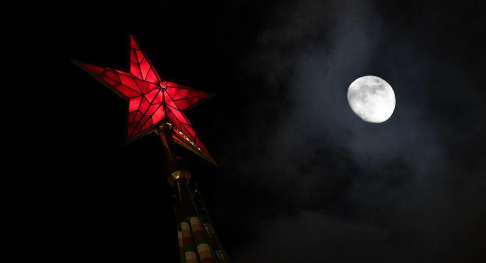 Kreml a měsíc