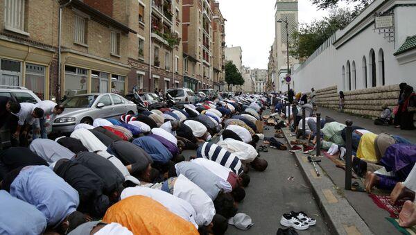 Muslimové se modlí v Paříži - Sputnik Česká republika