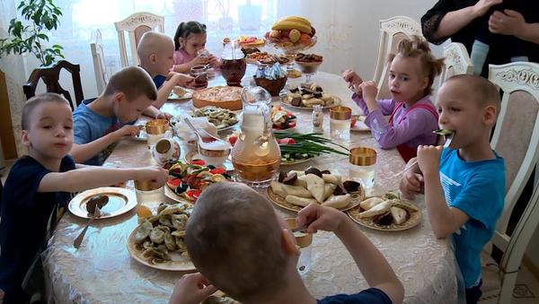 Tato žena adoptovala osm sirotků, protože její vlastní syn přežil - Sputnik Česká republika