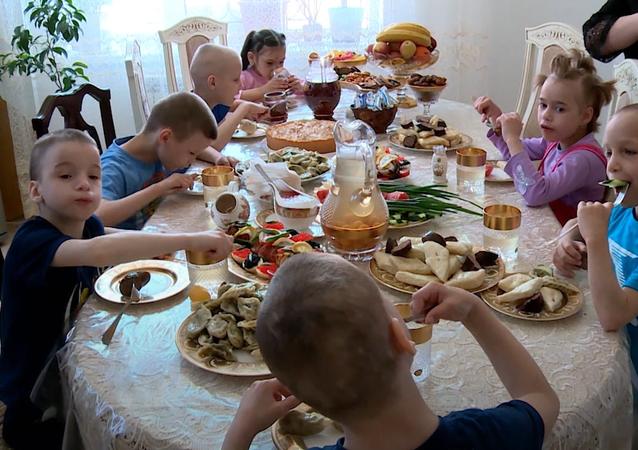Tato žena adoptovala osm sirotků, protože její vlastní syn přežil