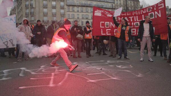 Demonstrace železničářů a studentů před Východním nádražím (Gare de l'Est) v Paříži - Sputnik Česká republika