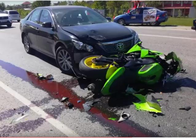 V Krasnodaru motocyklista narazil do auta při uhýbání před chodci