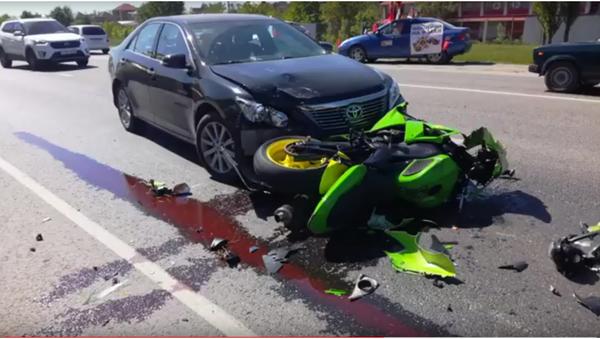 V Krasnodaru motocyklista narazil do auta při uhýbání před chodci - Sputnik Česká republika