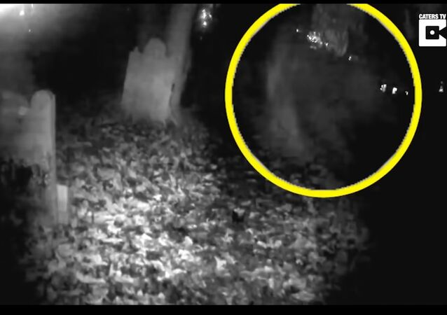 Duch letí rovnou do kamery. Dechberoucí záběry z 800 let starého hřbitova