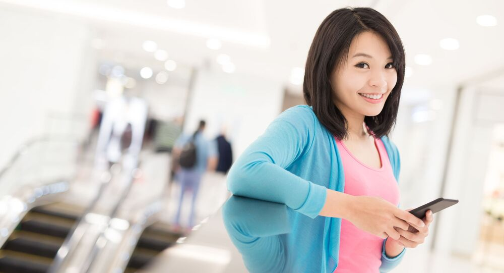 Číňanka se smartphonem. Ilustrační foto