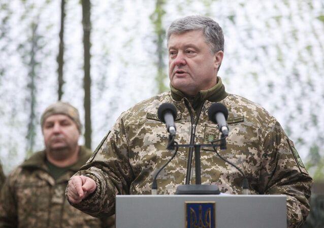 Президент Украины Петр Порошенко во время встречи с личным составом штаба АТО на территории Донецкой и Луганской областей