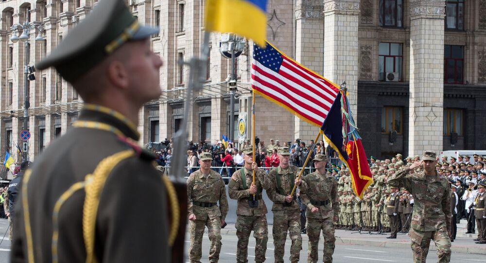 Vojáci členských zemí NATO během vojenské přehlídky při příležitosti oslav Dne nezávislosti Ukrajiny v Kyjevě