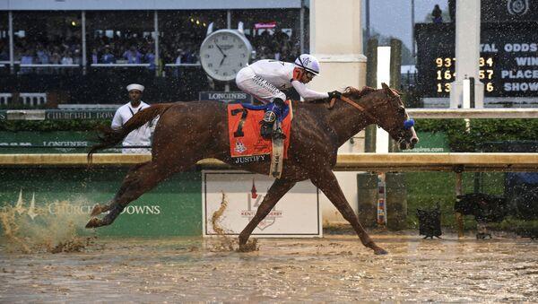 Kůň Justify s žokejem Mikem Smithem vyhrává 144. Kentucky Derby, 4. května 2018 - Sputnik Česká republika