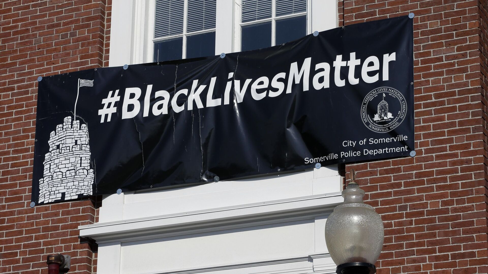 Баннер с надписью Black Lives Matter над главным входом в мэрию Сомервилля, США - Sputnik Česká republika, 1920, 25.06.2021