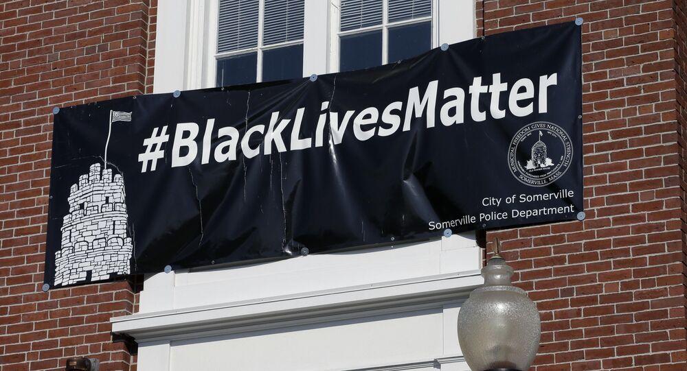 Banner s nápisem Black Lives Matter.