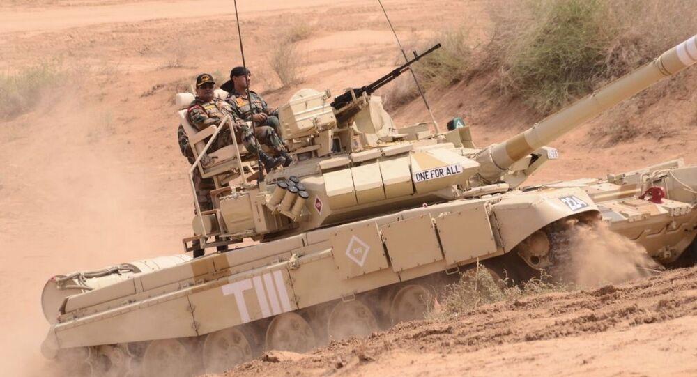 Tank T-90 s křesly v Indii