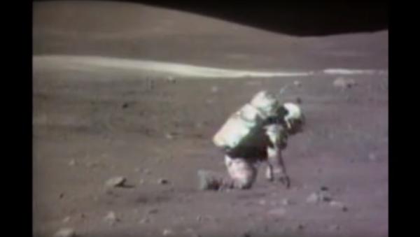 Američtí astronauti chodí po Měsíci a padají - Sputnik Česká republika