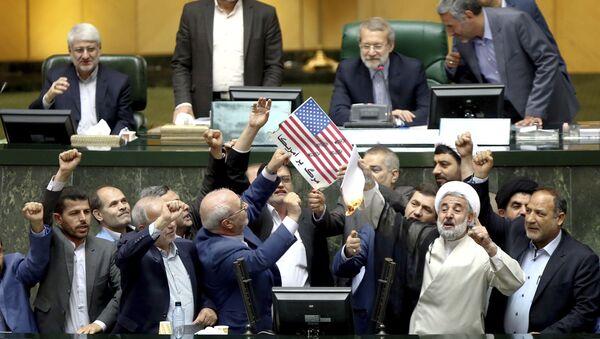 Íránští politici pálí americkou vlajku - Sputnik Česká republika