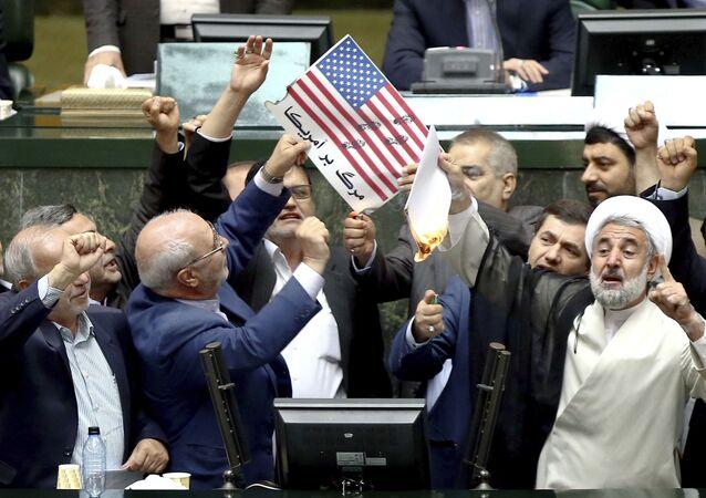 Íránští politici pálí americkou vlajku