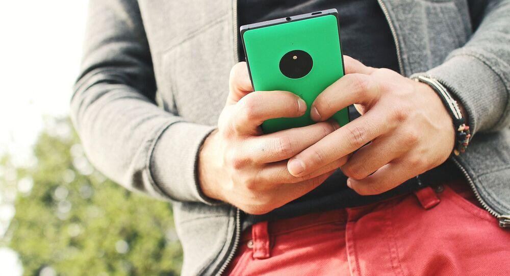 Mladý muž s telefonem