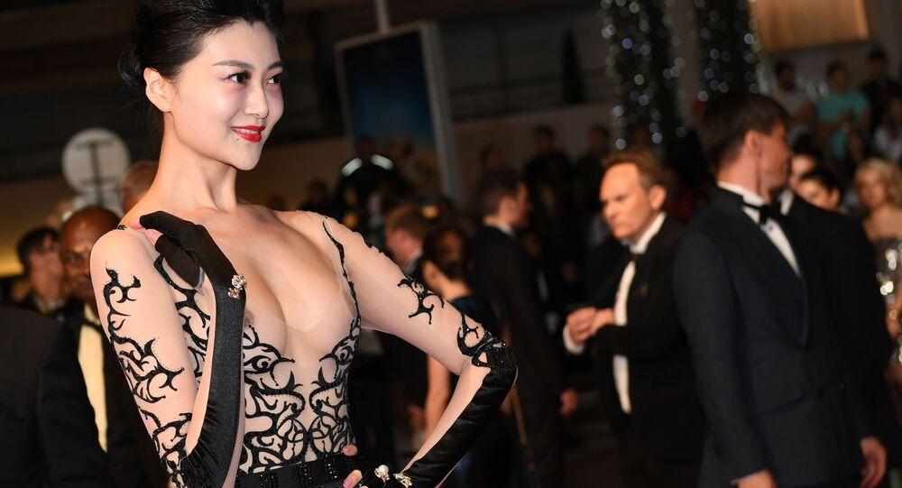 Asijská herečka se objevila na festivalu v Cannes v nejodvážnějších šatech