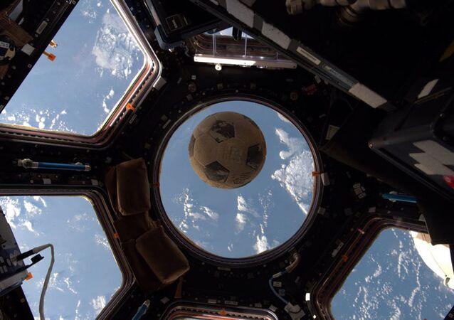 Fotbalový míč na ISS. Ilustrační foto