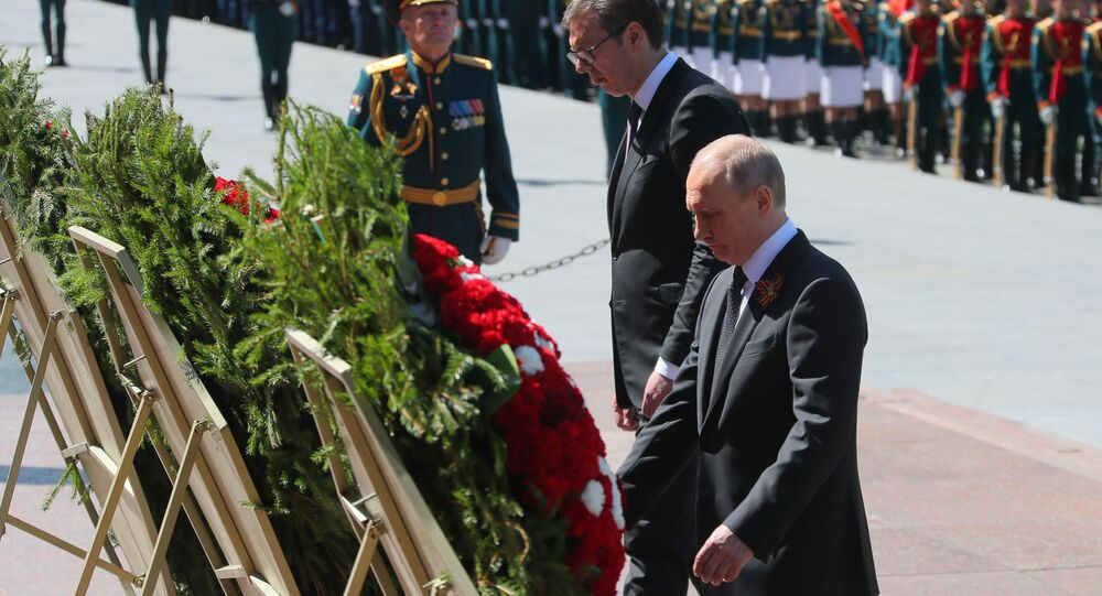 Ruský prezident Vladimir Putin a jeho srbský protějšek Aleksandar Vučić pokládají věnce ke Hrobu neznámého vojína