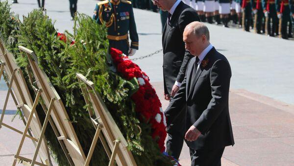 Ruský prezident Vladimir Putin a jeho srbský protějšek Aleksandar Vučić pokládají věnce ke Hrobu neznámého vojína - Sputnik Česká republika