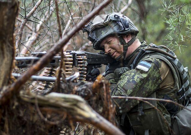 Estonský voják na cvičení v Polsku