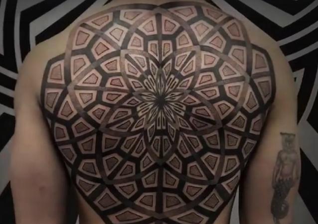 Práce tetovacího mistra z Paříže pod pseudonymem Lewisink