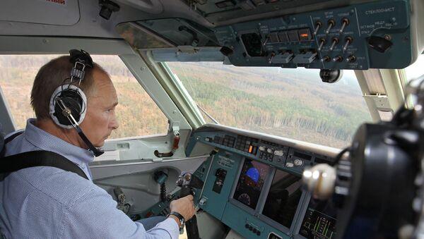 Vladimir Putin za kniplem obojživelného letounu Be-200 - Sputnik Česká republika