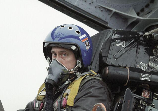 Vladimir Putin v kokpitu Su-27.